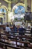 Les passionnés tiennent le vigile saint de jeudi Images libres de droits