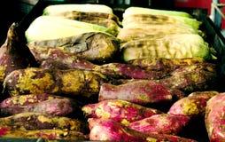 Les patates douces grillées et les grains doux sur le charbon de bois grillent Images stock