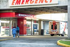 Les patients vont à l'hôpital à une entrée de secours, un ambulan photos libres de droits