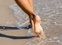 Les pattes aux pieds nus des femmes image stock