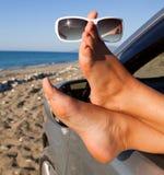 Les pattes de la femme balançant à l'extérieur un hublot de véhicule images libres de droits