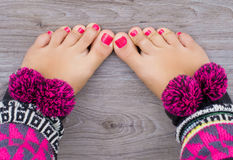 Les pattes des femmes avec le pedicure photo libre de droits