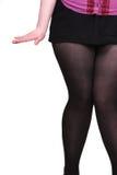 Les pattes du femme dans la jupe courte image stock