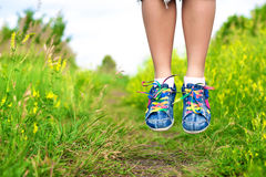 Les pattes du femme dans un saut Photo libre de droits