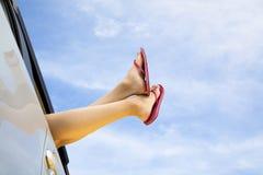 Les pattes du femme et le concept de voyage par la route d'été Image stock