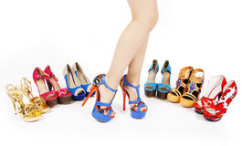Les pattes du femme sexy avec les collections colorées de chaussures Photographie stock
