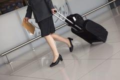 Les pattes du femme, valise de course Photo libre de droits