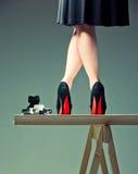Les pattes et l'appareil-photo du femme photographie stock libre de droits
