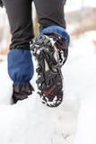 Les pattes et les chaussures de marche sur la neige traînent en hiver Photographie stock libre de droits