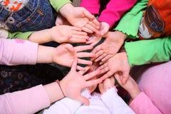 Les paumes des enfants, première vue Images libres de droits