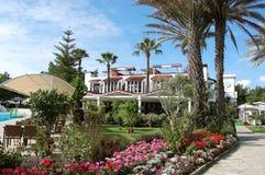 Les paumes et les fleurs s'approchent de la piscine dans l'hôtel, Turquie photos stock