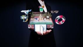 Les paumes ouvertes de femme d'affaires, ouvertes un sac de déplacement en cuir de vintage, tronc, préparent pour voyager pour de banque de vidéos