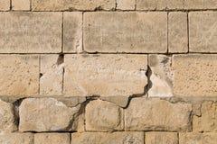 Les pavés ronds beiges de rectangles de grands blocs pièce la conception protectrice puissante de pierre de base de mur images stock