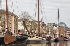 LES PAYS-BAS, LEEUWARDEN - 9 AVRIL 2015 : Forme de vue un bateau Photo libre de droits