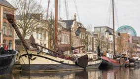 LES PAYS-BAS, LEEUWARDEN - 9 AVRIL 2015 : Vue d'un bateau sur le Th Image libre de droits