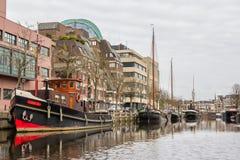 LES PAYS-BAS, LEEUWARDEN - 9 AVRIL 2015 : Vue d'un bateau sur le Th Photo libre de droits