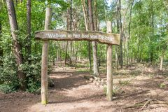 LES PAYS-BAS - OTTERLO - 1ER JUIN 2019 : L'accueil signent dans la forêt d'Oerrr dans le zand de Mosselse de réserve naturelle au photos libres de droits