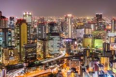 Les paysages urbains d'Osaka avec le long feu de signalisation traîne la nuit Photographie stock libre de droits