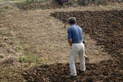 Les paysans chinois labourent le champ Image libre de droits