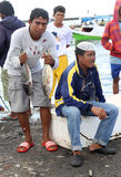 Les pêcheurs à la poissonnerie de Paotere de Makassar montrent une partie de Image libre de droits