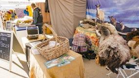 Les peaux de moutons et de chèvre sur un ` s d'agriculteur se tiennent Image libre de droits