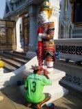 Les peintres peignent la statue géante images stock