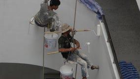 Les peintres peignent sur de hauts bâtiments avec la grande corde clips vidéos