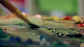 Les peintures à l'huile de mélanges d'artiste sur une fin de palette  clips vidéos