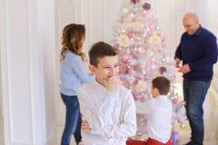 Les pensées du ` s d'enfants du garçon au sujet de la façon obtenir ont désiré le cadeau ou le cong Images libres de droits