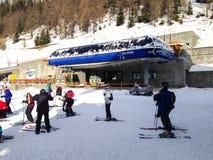 Les pentes de funiculaire et de ski de télésiège dans les montagnes de l'hiver de Courmayeur recourent, les Alpes italiens Image stock