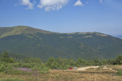 Les pentes des montagnes carpathiennes Photographie stock libre de droits