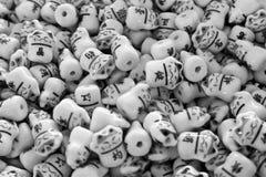 Les perles asiatiques en verre noires et blanches de chats forment un modèle image stock