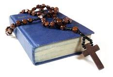 Perles et bible de chapelet Images libres de droits