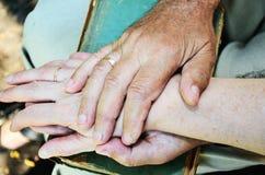 Les personnes âgées équipe et les mains de la femme horizontal Image libre de droits