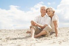 Les personnes âgées attirantes apprécient la brise marine Image libre de droits