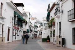 Les personnes âgées couplent sur une promenade dans un village en Andalousie image libre de droits