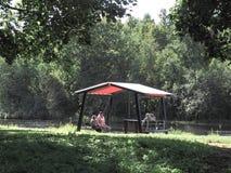 Les personnes âgées détendent et ont une vie sociale en parc, se reposant sous un auvent Russie Gatchina Automne 2017 Photo stock