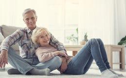 Les personnes âgées de sourire reposant sur le plancher Image libre de droits