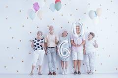 Les personnes âgées enthousiastes avec les ballons colorés célébrant f image stock