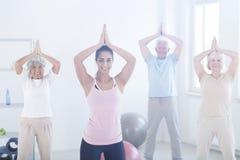 Les personnes âgées faisant la pose de yoga Images stock