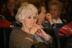 Les personnes âgées handicapées et de vétérans, retraités, spectateurs du concert de charité Photo libre de droits