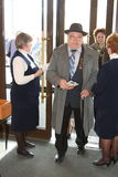 Les personnes âgées handicapées et de vétérans, retraités, spectateurs du concert de charité Photos stock
