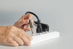 Les personnes âgées ont une erreur de problème branchant la prise Photos libres de droits