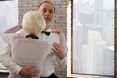 Les personnes âgées paisibles dansent des couples valsant dans le studio de danse Photo libre de droits