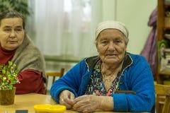 Les personnes âgées pendant l'ergothérapie pour l'eldery et handicapée dans le département de réadaptation au centre Photographie stock libre de droits
