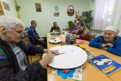 Les personnes âgées pendant l'ergothérapie pour l'eldery et handicapée dans le département de réadaptation au centre des Services Photographie stock libre de droits