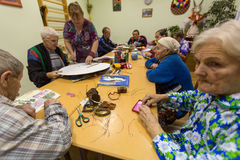 Les personnes âgées pendant l'ergothérapie pour l'eldery et handicapée dans le département de réadaptation au centre des Services Images libres de droits