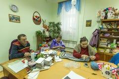 Les personnes âgées pendant l'ergothérapie pour l'eldery et handicapée dans le département de réadaptation au centre des Services Photographie stock