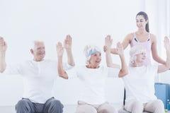 Les personnes âgées pendant la gymnastique corrective Photo stock