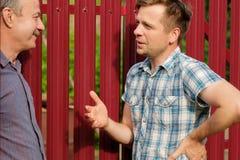 Les personnes âgées retirées et amitié, deux hommes se réunissant et parlant en parc de ville Images stock